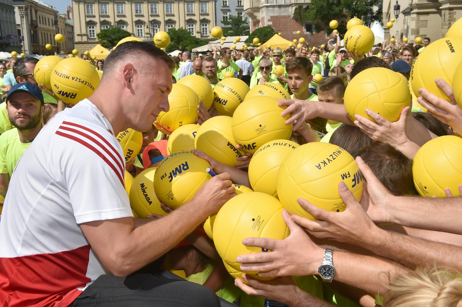 Kraków, próby pobicia rekordu Guinnessa w jednoczesnym podbijaniu piłki do siatkówki. Dotychczasowy oficjalny rekord to 299 osób.  W Krakowie rekord został pobity. PAP/Jacek Bednarczyk