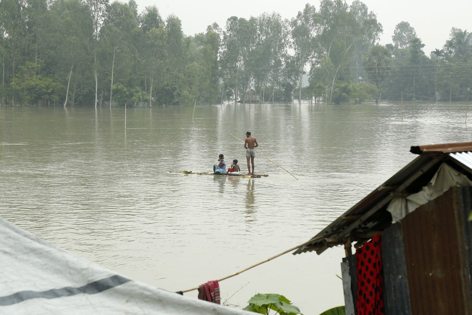 epa06148565 A flood affected family move with a banana raft at Sariakandi, Bogra, Bangladesh, 17 August 2017. According to authorities, floods caused by heavy rainfall lashing Bangladesh during the past week have left at least 56 people dead and affected 4.5 million. Affected people are waiting to get more relief as they are in shortage of food and drinking water in the shelter centers.  EPA/ABIR ABDULLAH Dostawca: PAP/EPA.