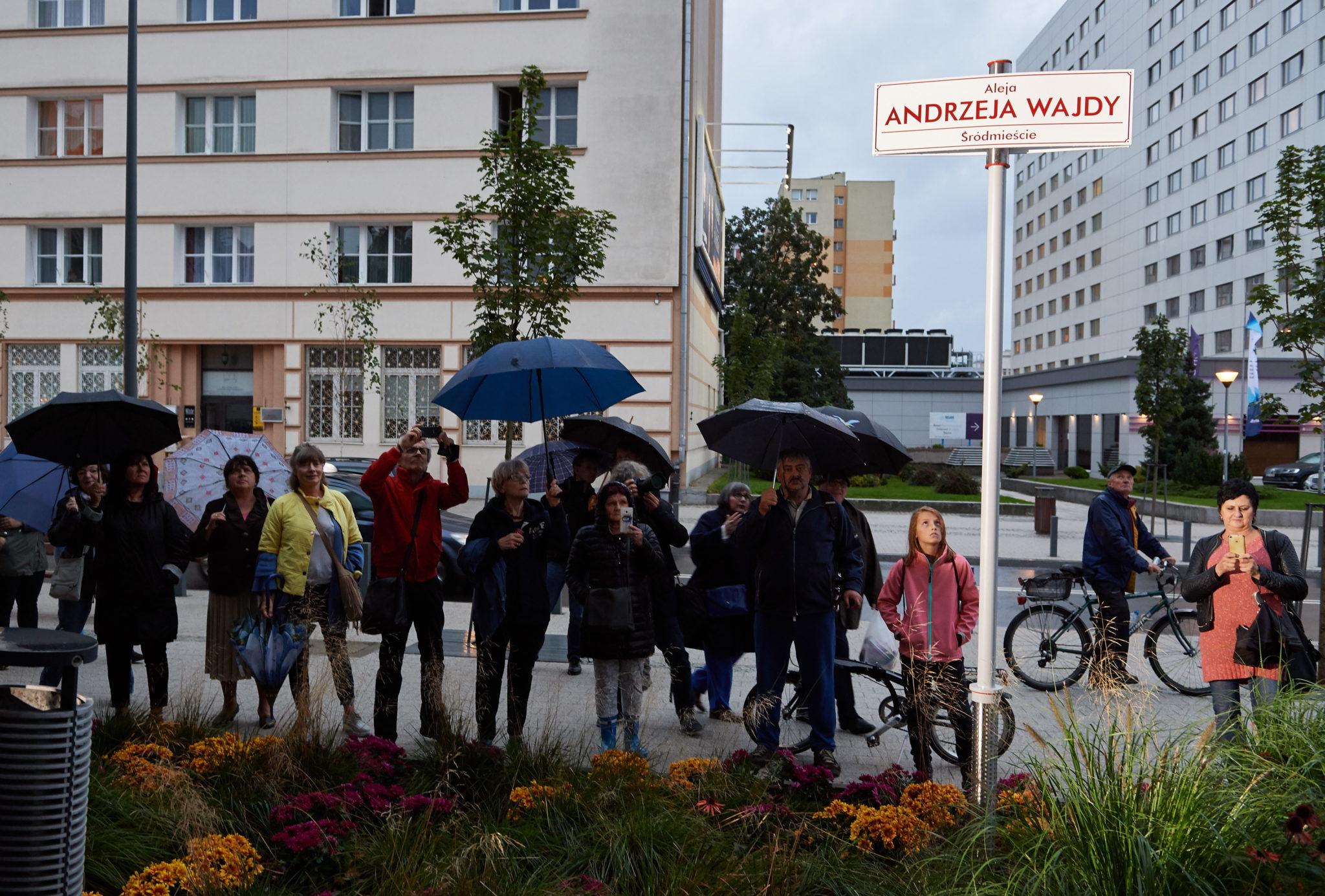 Gdynia: tablica z imieniem Andrzeja Wajdy, nadanym traktowi pieszemu na Placu Grunwaldzkimi, fot: PAP/Adam Warżawa