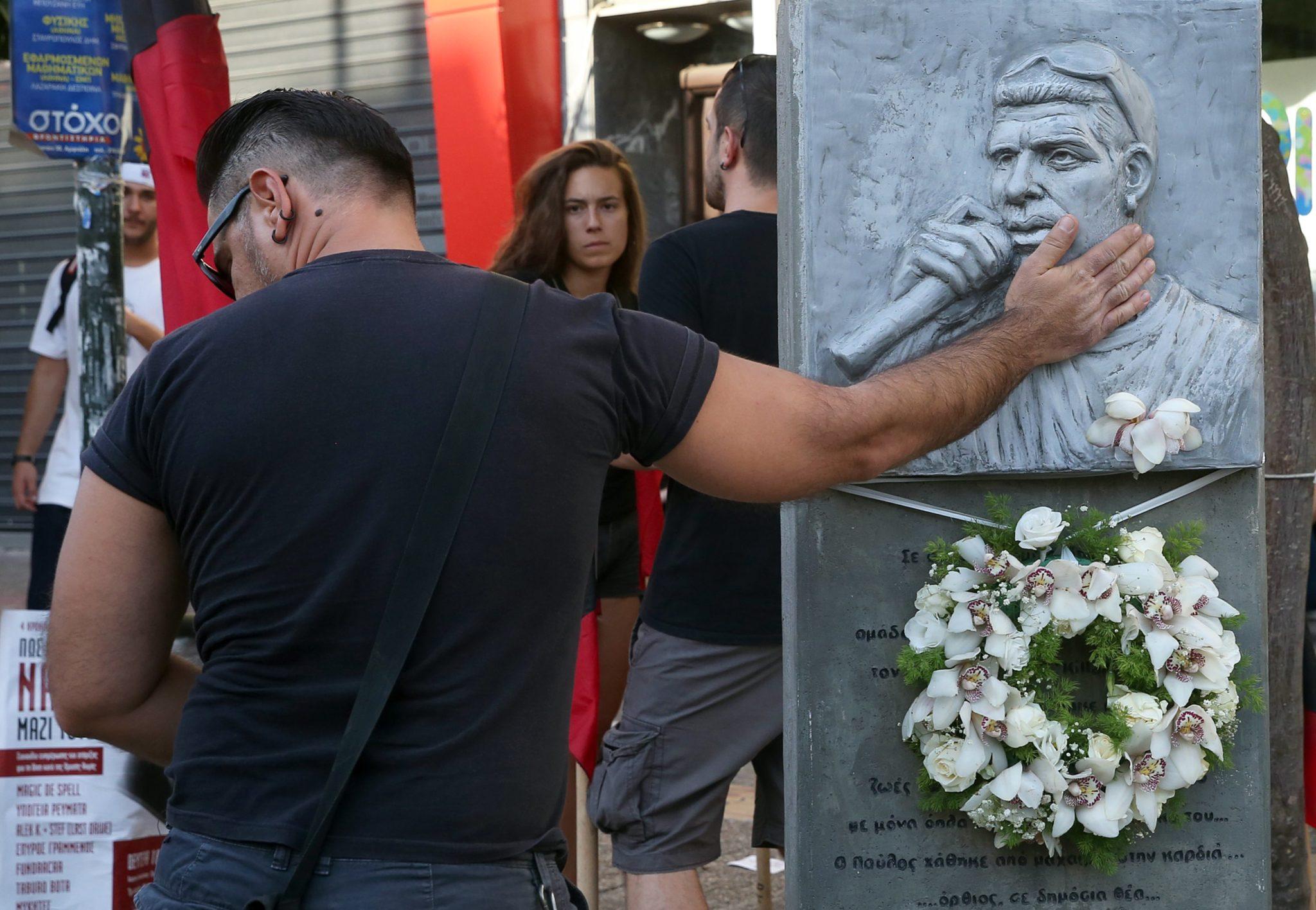 Pomnik na cześć greckiego muzyka Pavlosa Fyssasa, który 18 września 2013 roku został zastrzelony przez członka ultraprawicowej partii Golden Dawn, fot: Orestis Panagiotou, PAP/EPA