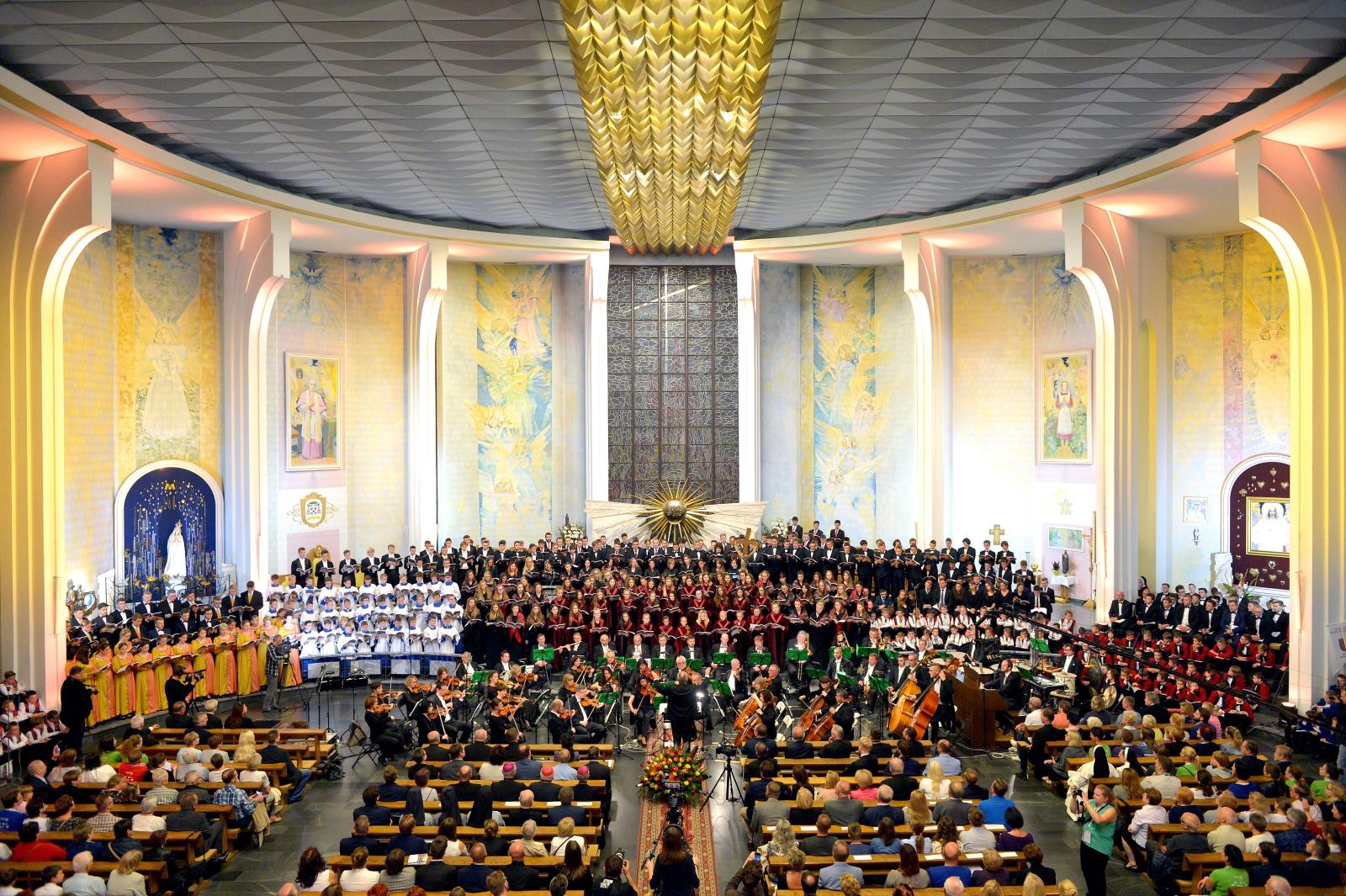 Uczestnicy IX Krajowego Kongresu Polskiej Federacji Pueri Cantores podczas koncertu galowego w katedrze w Rzeszowie. W spotkaniu uczestniczy ponad 1000 chórzystów z całej Polski oraz z Litwy, Łotwy, Ukrainy i Węgier. Pueri Cantores to organizacja kościelna zrzeszająca zespoły w 41 krajach na całym świecie. Jej polska federacja obchodzi w tym roku jubileusz 25-lecia.