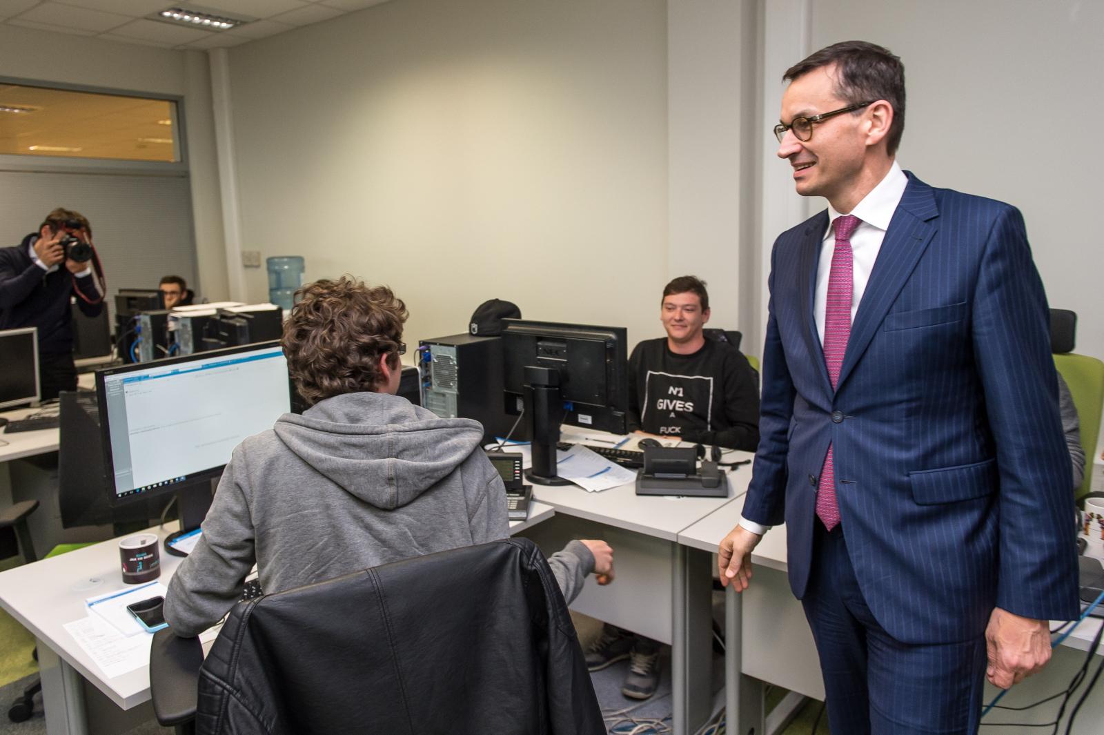 Minister Mateusz Morawiecki podczas wizyty w firmie InsERT we Wrocławiu