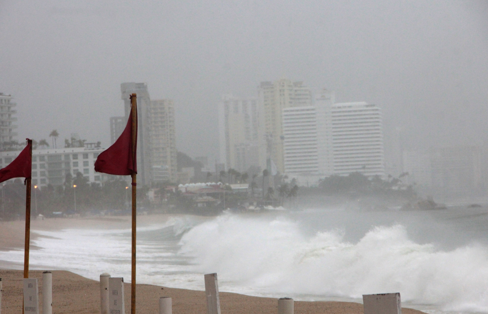 Meksyk, Hurragan na plaży w Aca Pulco EPA/Francisca Meza