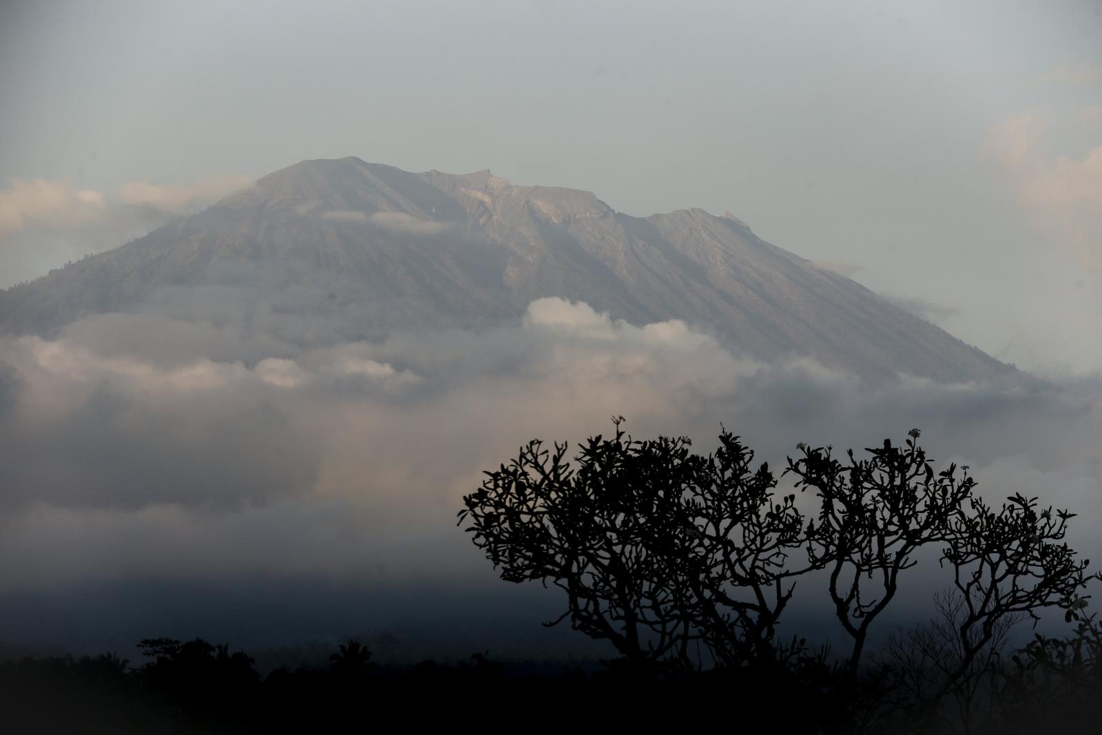 Wzrost aktywności wulkanu Mount Agung w Karangasem, na Bali EPA/MADE NAGI