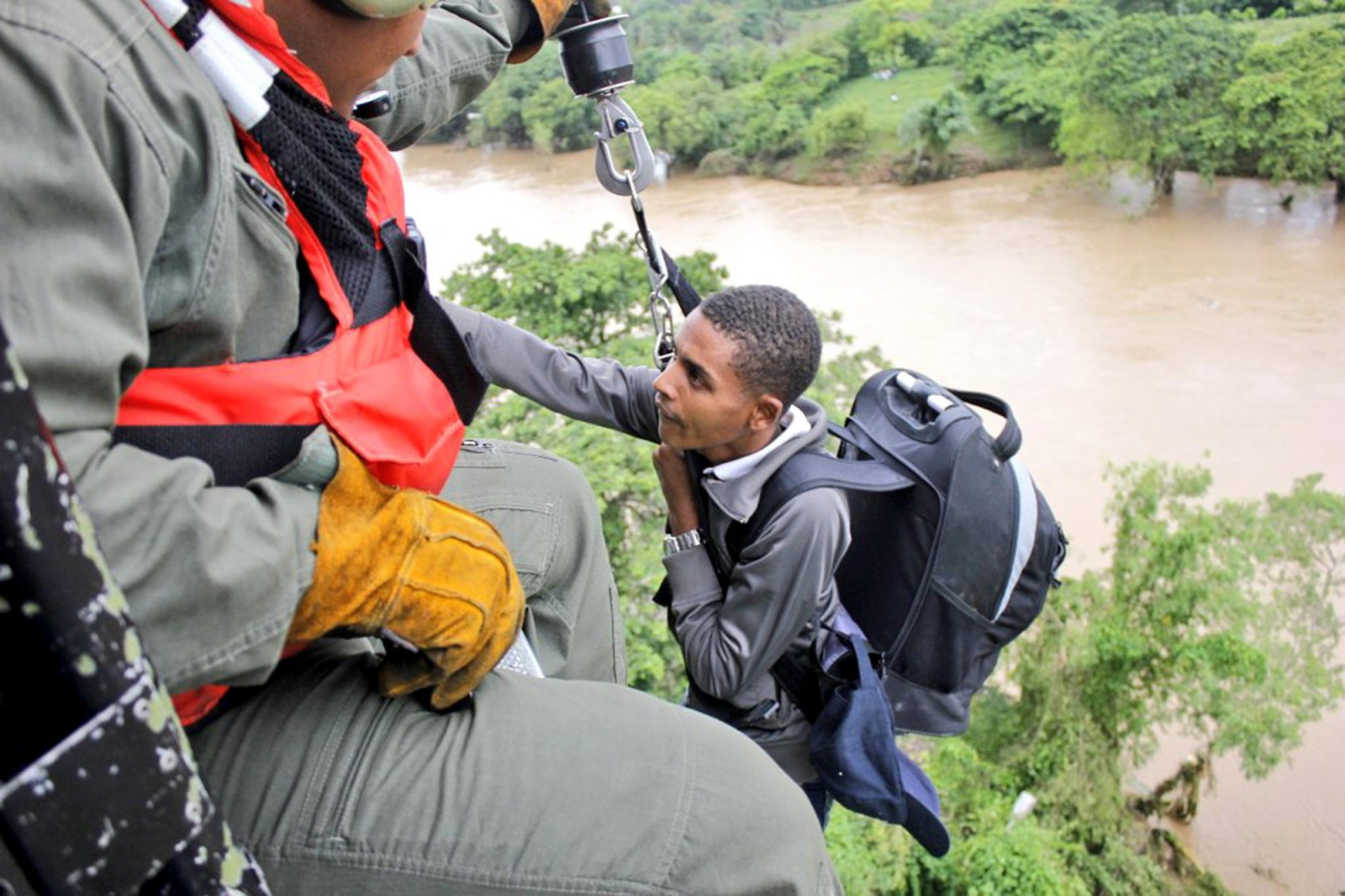 Ratownicy podczas ewakuacji na Dominikanie, gdzie przeszedł huragan