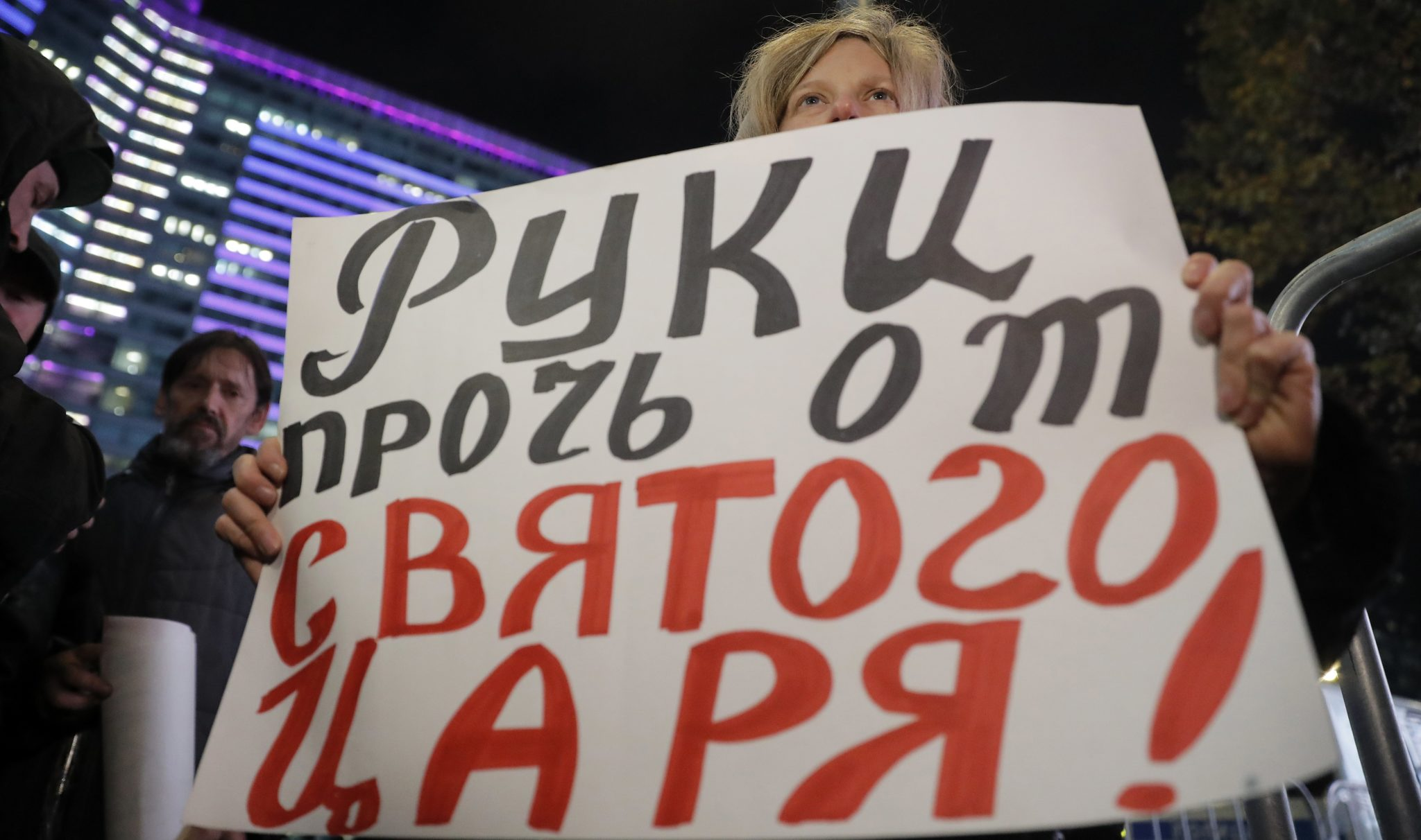 """Protest przeciwko dystrybucji filmu """"Matylda"""". Na transparencie: """"ręce precz od świętego cara"""". Produkcję filmu wspierał Kreml. Tytułowa Matylda - Matylda Krzesińska -  tma swoje skromne miejsce whistorii Rosji. Była kochanką przyszłego cara Mikołaja II, ich romans wspierali nawet jego rodzice. Dlatego film wywołał kontrowersje, fot: Sergei Ilnitsky, PAP/EPA"""