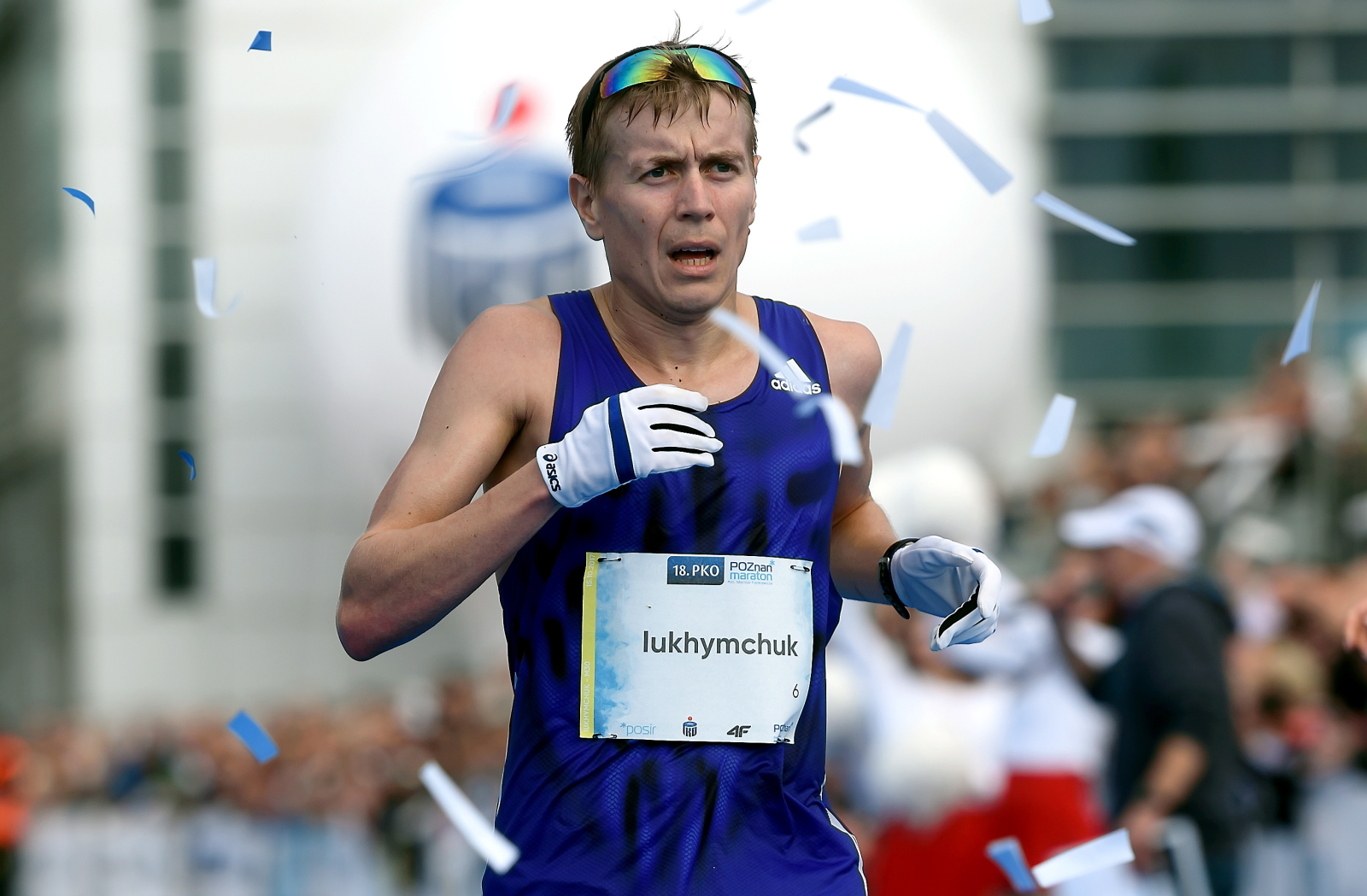 Poznań, Zwycięzca Ukrainiec Mykola Iukhymchuk na mecie PKO Poznań Maratonu PAP/Jakub Kaczmarczyk