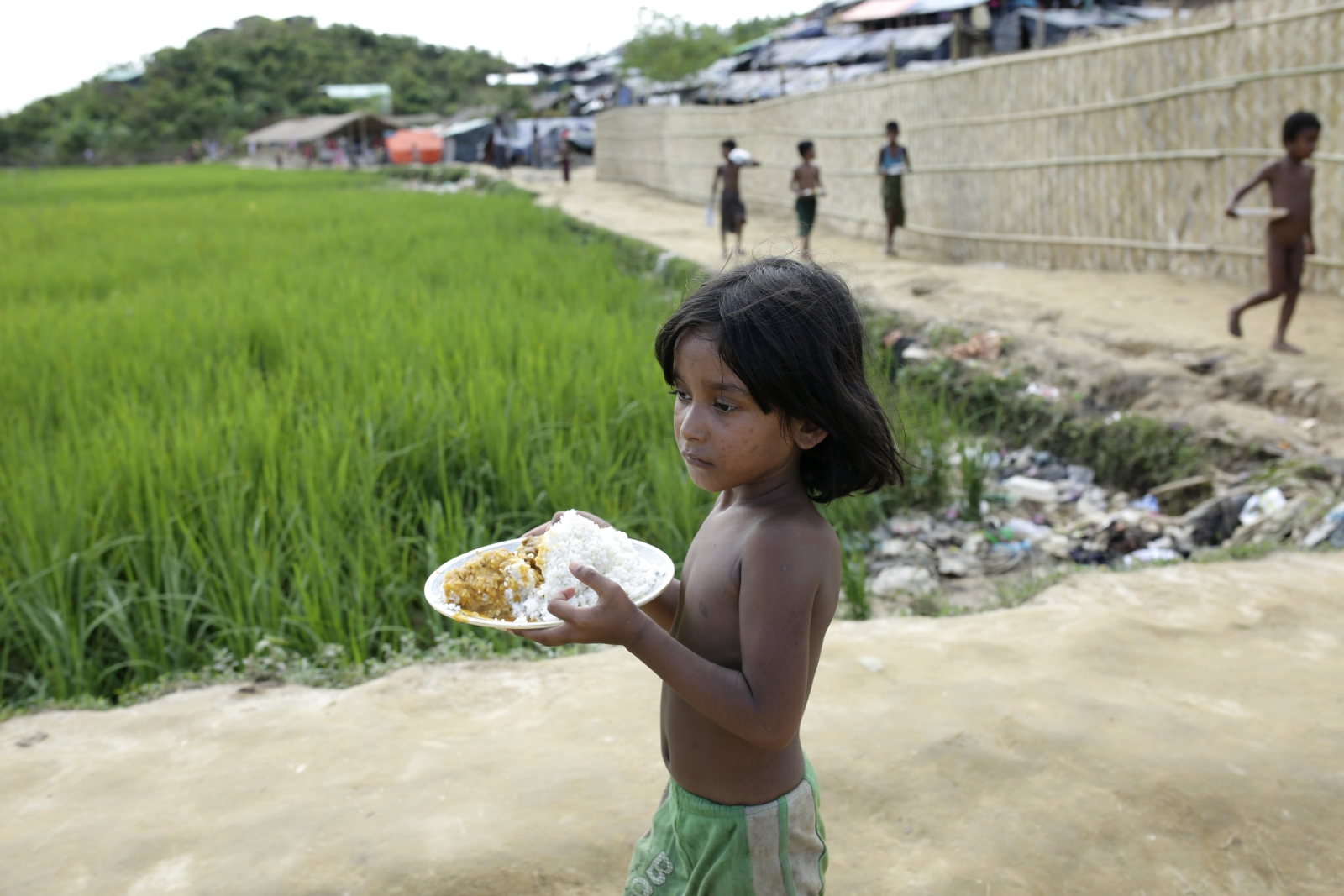 Dziecko Rohingya wraca do obozu po zebraniu jedzenia w Bangladeszu.