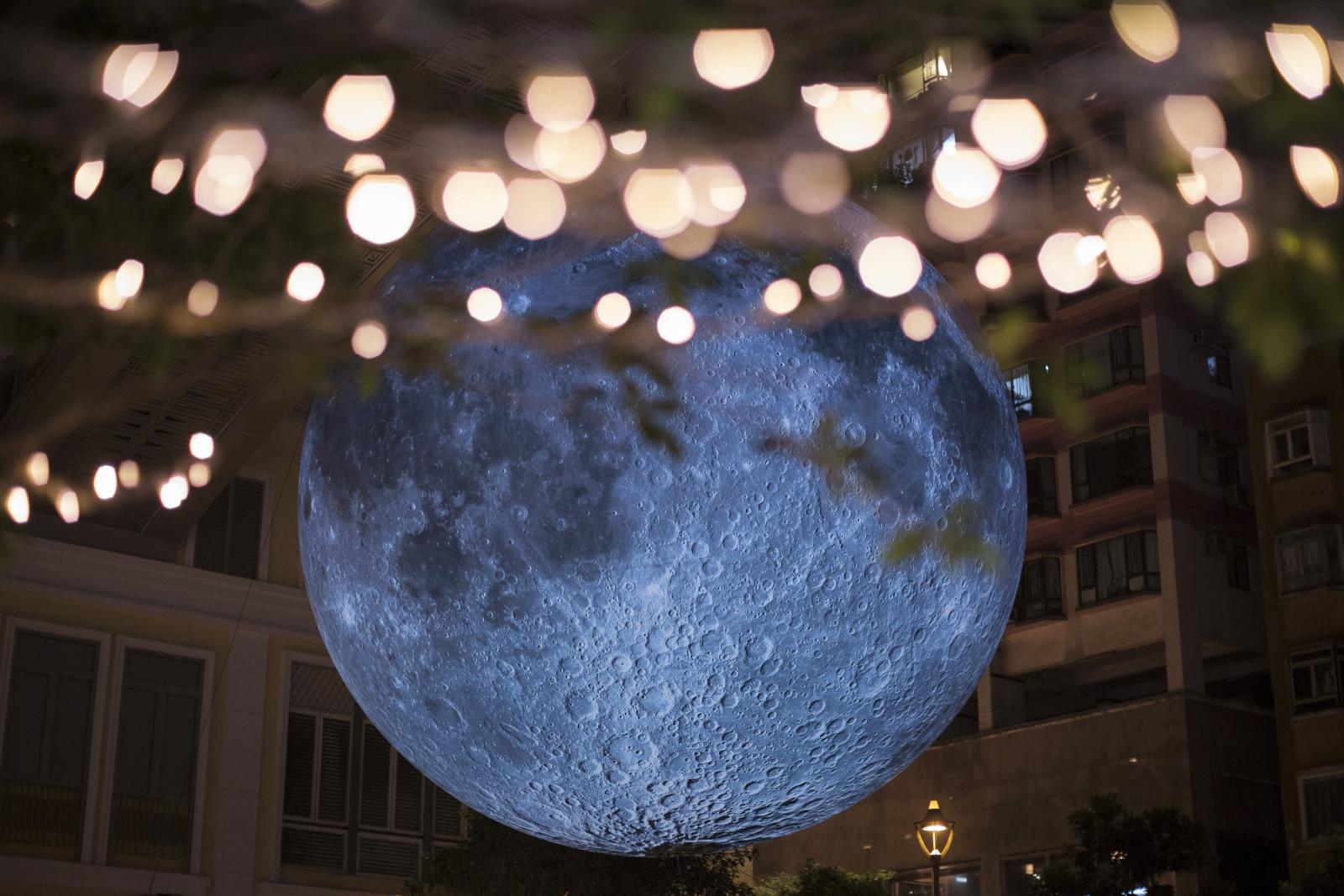 Siedmiometrowa rzeźba księżyca brytyjskiego artysty Luke'a Jerrama znajdująca się w Hong Kongu, Chiny.