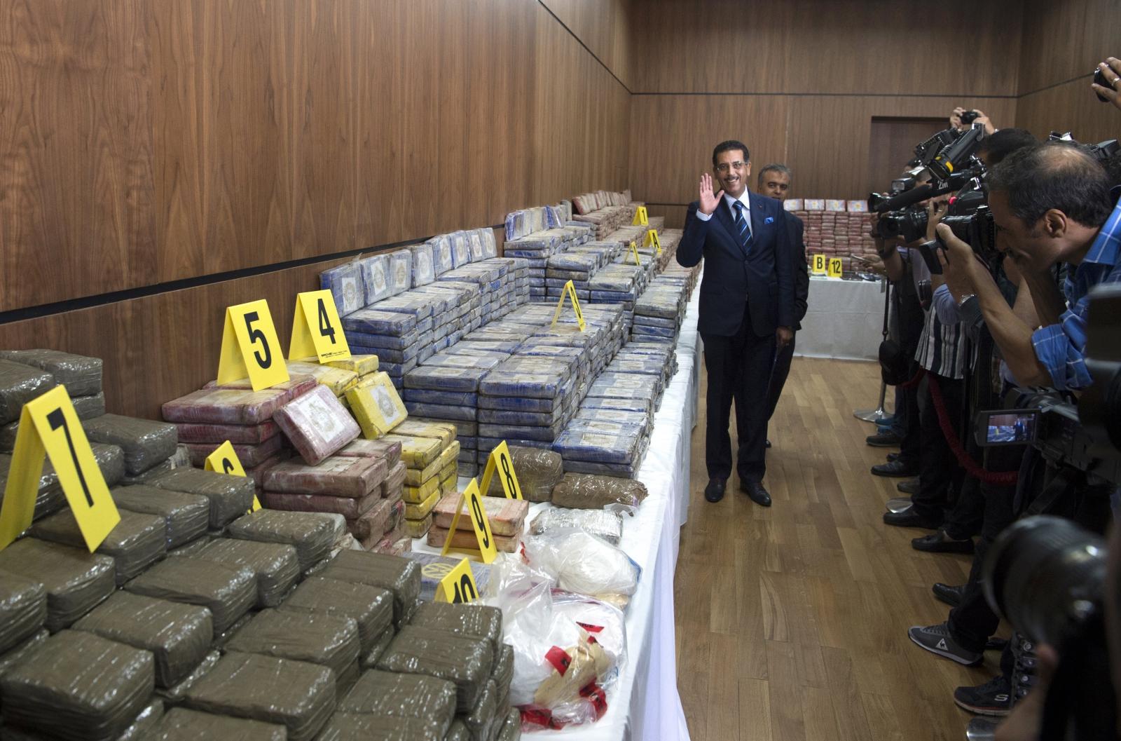 Abdelhak Khiame z Marokańskiego Centralnego Biura Śledczego pokazuje dziennikarzom zarekwirowaną kokainę.