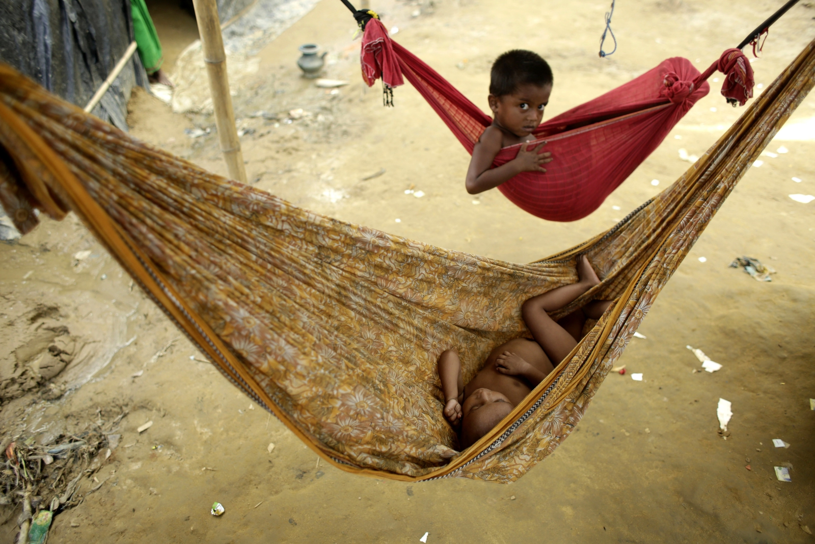 Dzieci Rohingya śpią w obozie dla uchodźców w Bangladeszu.