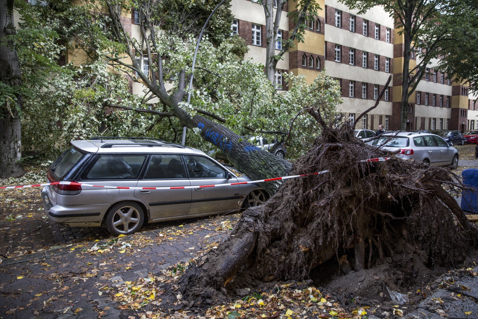 Berlin. Konsekwencje orkanu, fot. EPA/OMER MESSINGER