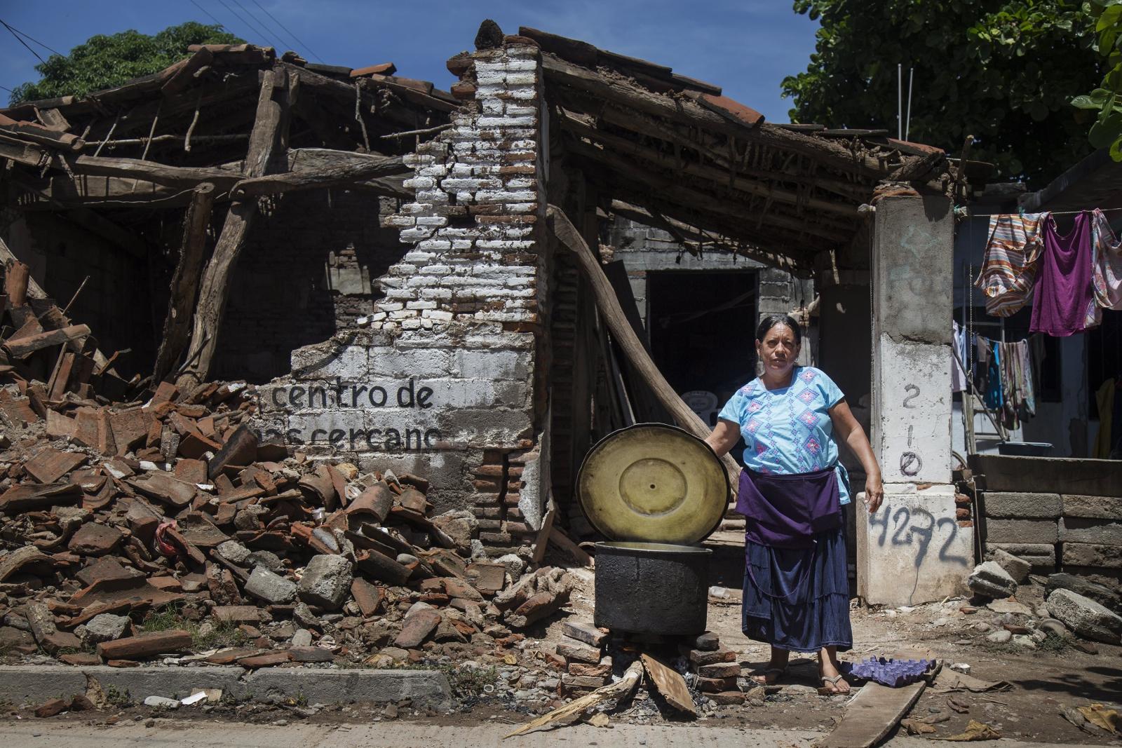 Meksyk. Odbudowa po trzęsieniu ziemi. fot. EPA/Luis Villalobos