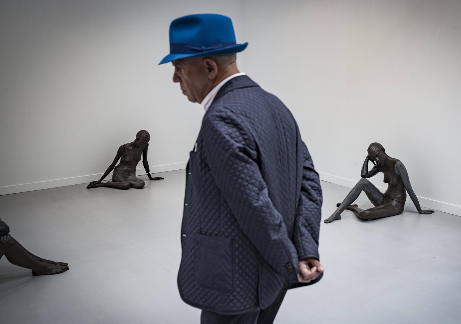 Zwiedzający kontempluje sztukę szwajcarskiego artysty Ugo Rondinone w International Contemporary Art Fair w Paryżu.