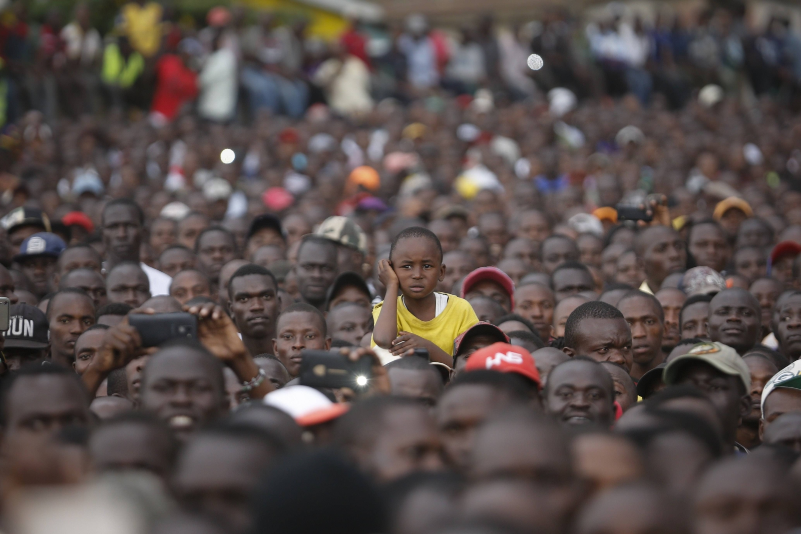 Dziecko na manifestacji poparcia dla opozycyjnej koalicji w Keniii.