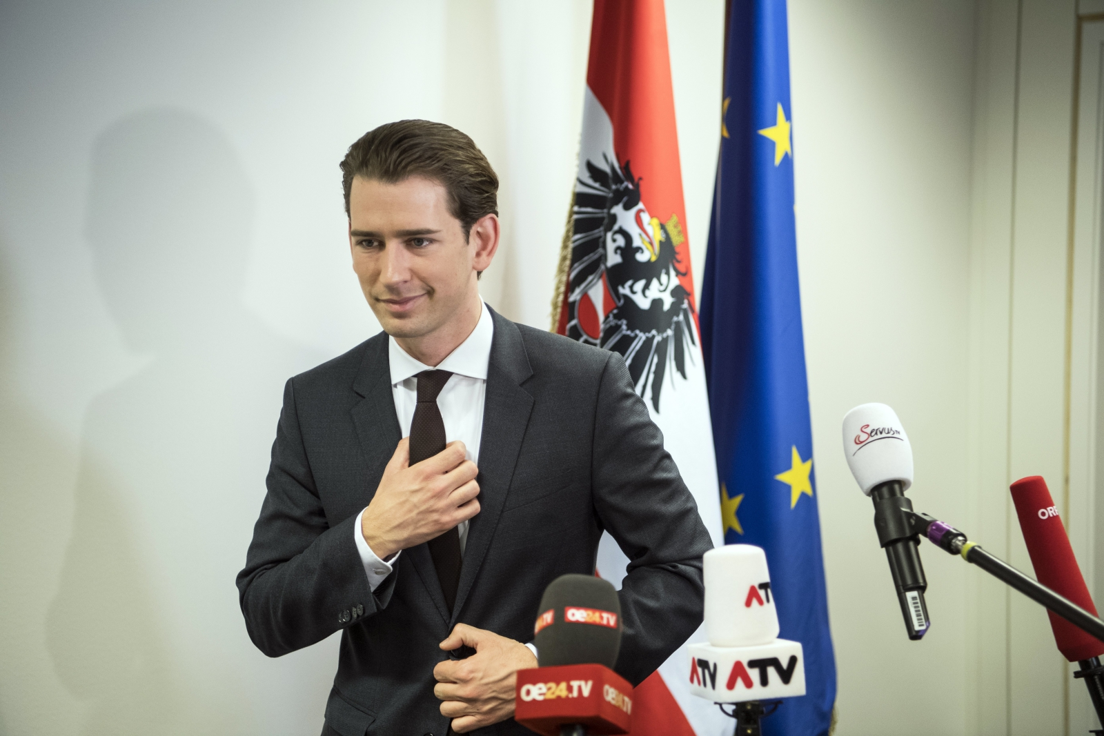 Nowowybrany premier Austrii Stefan Kurz w czasie konferencji prasowej.