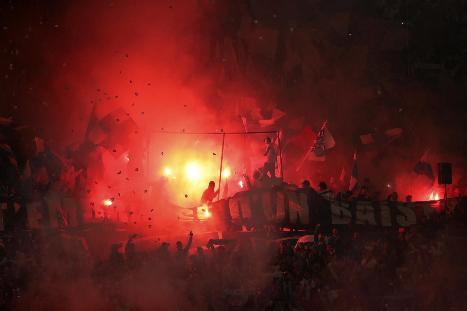 Kibice w czasie meczu ligowego między Paris Saint-Germain a Olympique Marseille.