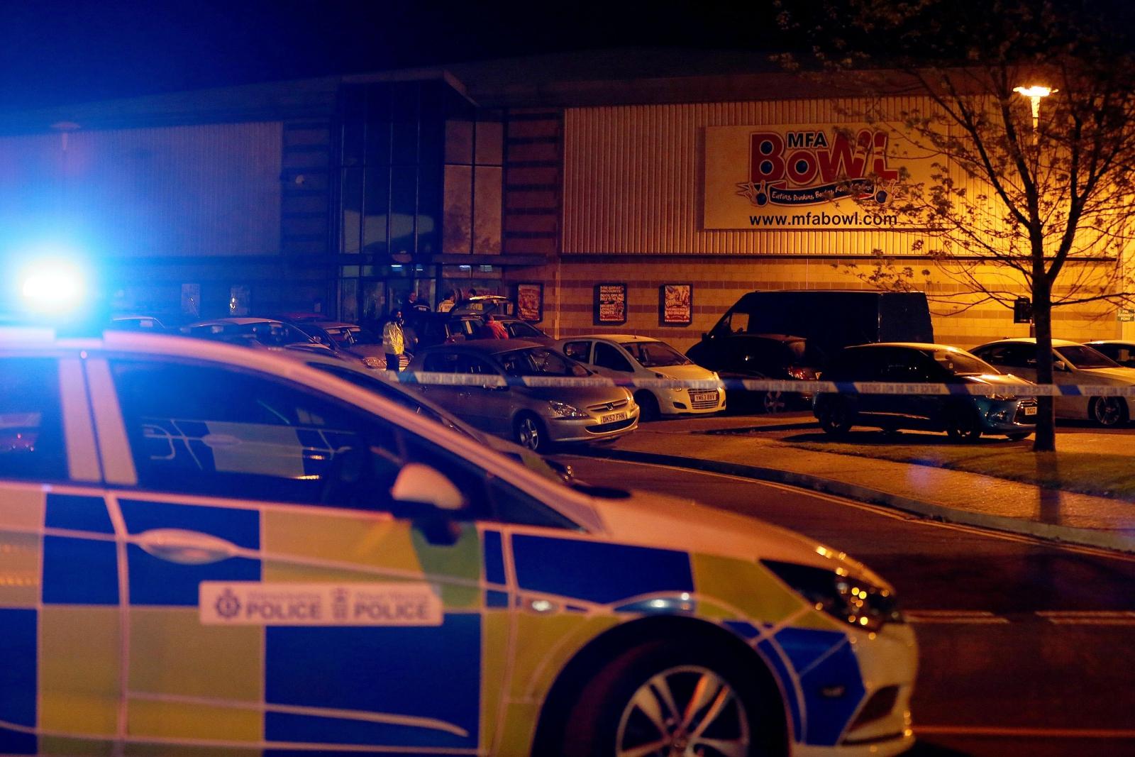Policja przy klubie w którym uzbrojony mężczyzna wziął dwóch zakładników, Nuneatom, Wlk. Brytania.