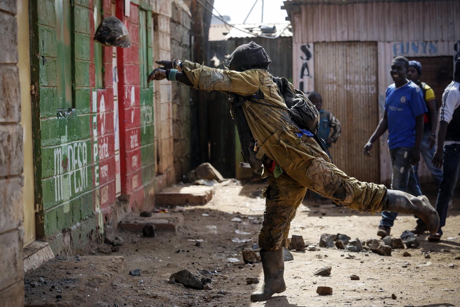 Zwolennik opozycyjnej partii wrzuca do sklepu kamień, Nairobi, Kenia.