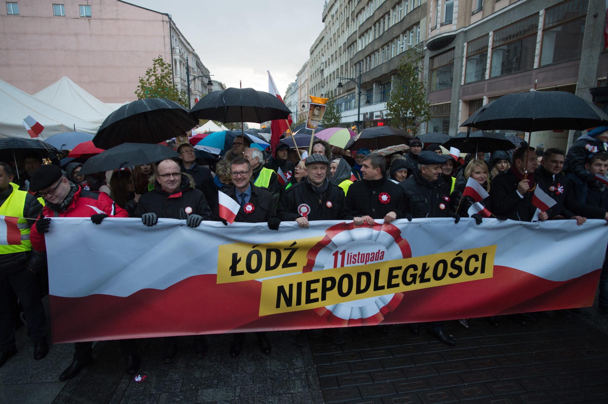 Marsz Niepodległości zorganizowany przez Komitet Obrony Demokracji, Sojusz Lewicy Demokratycznej, Platformę Obywatelską i Nowoczesną w Łodzi fot: PAP/Grzegorz Michałowski