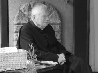 2. 04. - Ernest Malok OMI Pierwszą placówką o. Ernesta był Lubliniec, gdzie po święceniach kapłańskich odbywał staż neoprezbitera (1960-1961). W następnych latach (1961–1962) pracował w Bodzanowie, a następnie w Kędzierzynie-Koźlu (1962-1963), Bodzanowie (1963-1966), Grotnikach (1966-1975) i ponownie w Kędzierzynie-Koźlu (1975-1978). Posługiwał także w Katowicach (1978-1982). Jego kolejnymi placówkami były: Bodzanów (1982-1986), Kędzierzyn-Koźle (1986-1996), Katowice (1996-2003) i Lubliniec 2016-2017). Przez praktycznie całe swoje życie pracował jako ceniony misjonarz ludowy. Wygłosił kilkaset rekolekcji i misji ludowych.
