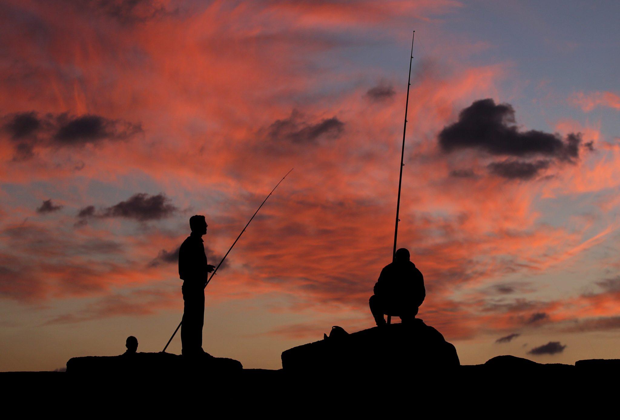 Gaza: Łódki palestyńskich wędkarzy w Gazie, podczas zachodu słońca, fot: Mohammed Saber, PAP/EPA