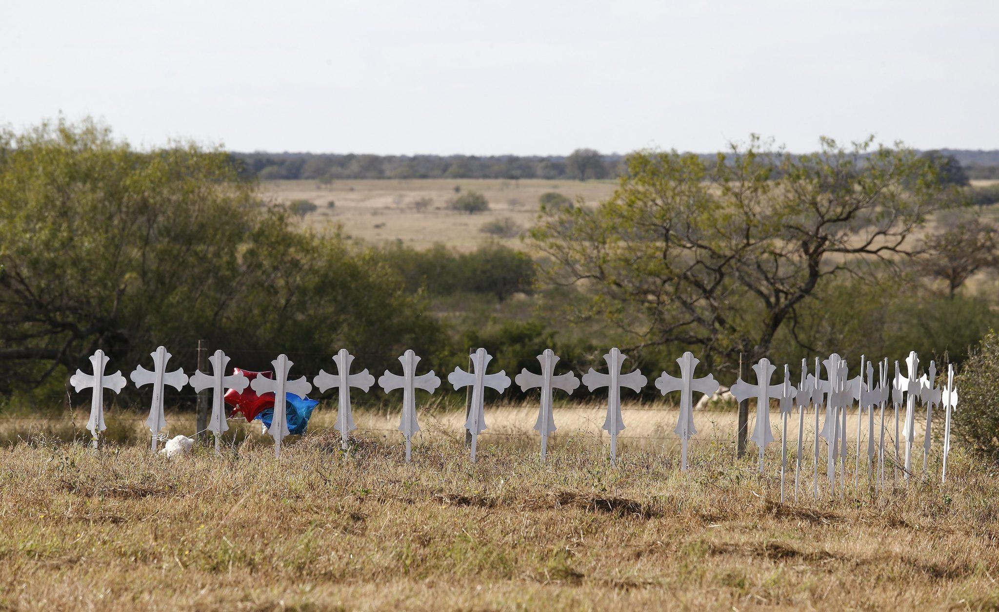 Teksas: 26 krzyży upamiętniające 26 ofiar strzelaniny w Kościele Baptystów w Sutherland Springs, fot: Larry W. Smith, PAP/EPA