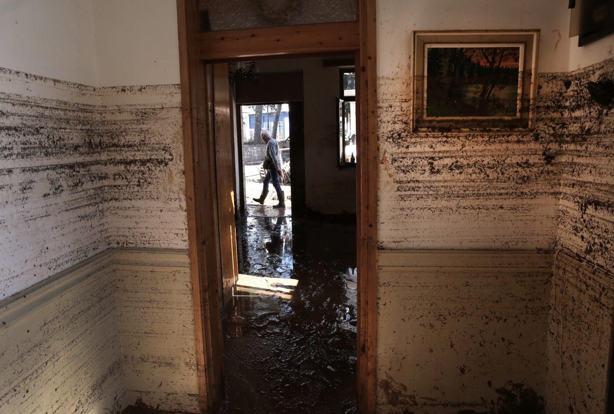 Ściany w domu zniszczonym przez powódź pokryte błotem w Mandrze, w zachodniej Attyce, w Grecji. Po silnych opadach deszczu, które nawiedziły ten obszar w zeszłym tygodniu. Zostało znalezione ciało mężczyzny, który był poszukiwany. To podniosło liczbę ofiar śmiertelnych do 21, fot: Simela Pantzartzi, PAP/EPA.