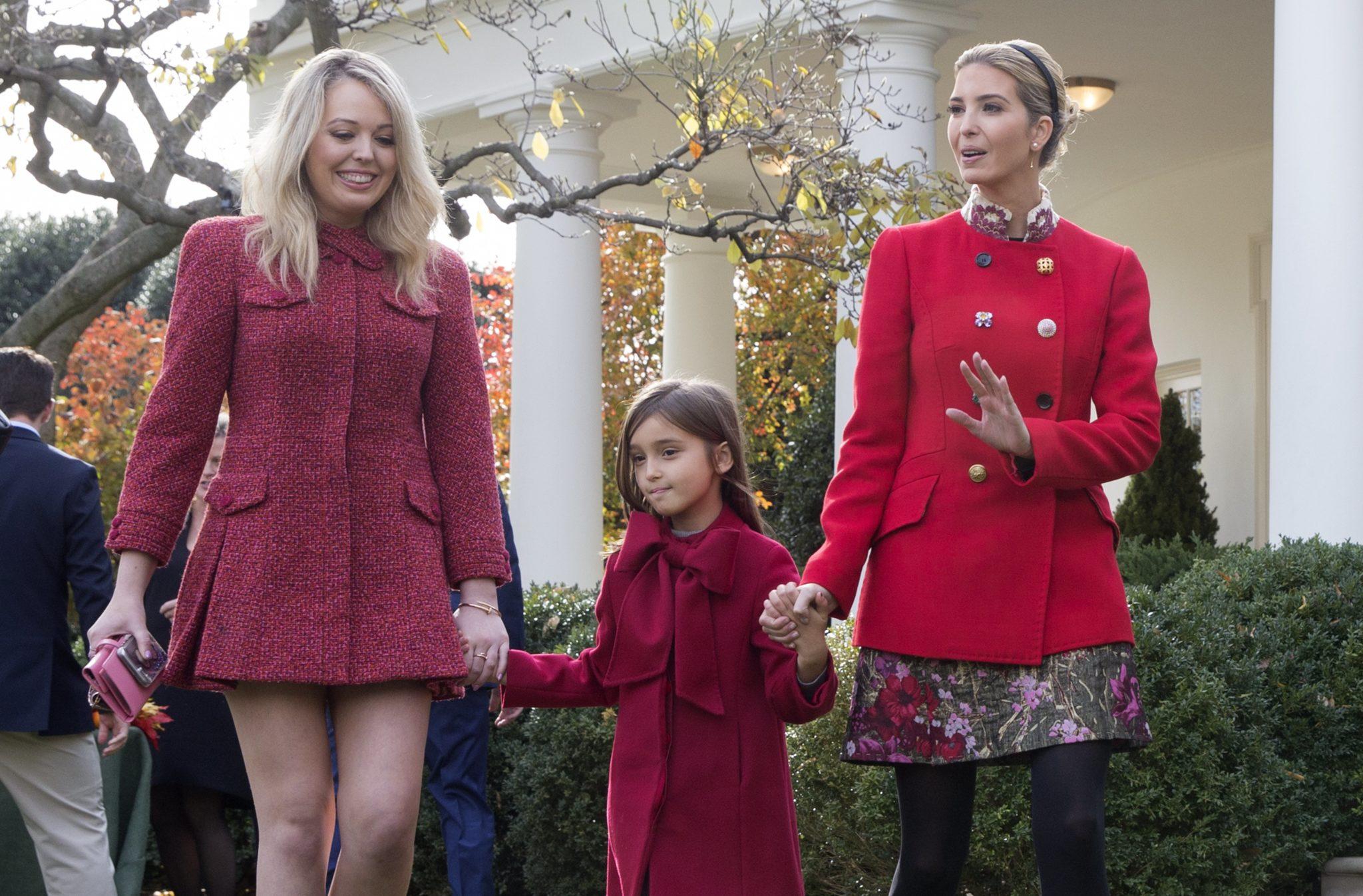 """""""Pierwsza córka"""" Ivanka Trump ze swoją córką Arabellą i Tiffany Trump w ogrodzie różanym po ceremonii 70. Święta Dziękczynienia  w Białym Domu w Waszyngtonie, fot: PAP/EPA"""