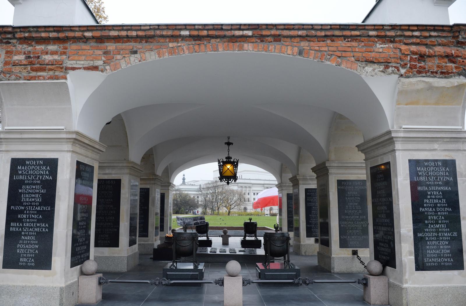 Nowe tablice na grobie Nieznanego Żołnierza w Warszawie