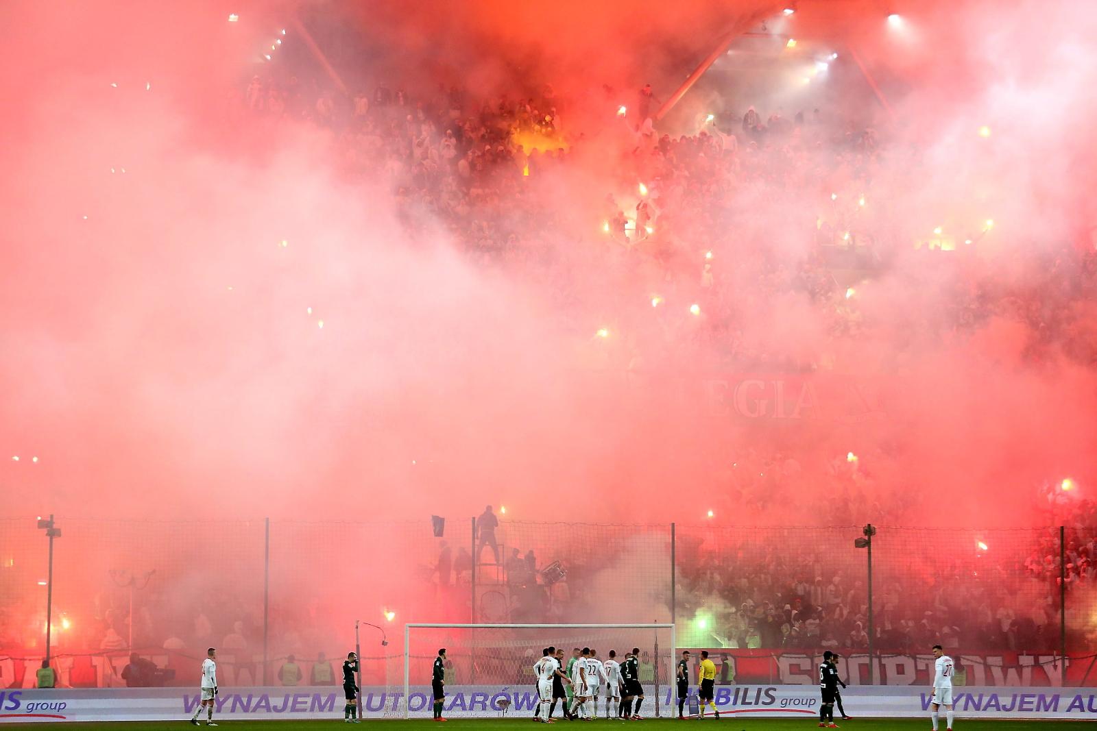 Przerwa w grze spowodowana odpalonymi przez kibiców Legii racami podczas meczu o mistrzostwo piłkarskiej Ekstraklasy pomiędzy Legią Warszawa a Górnikiem Zabrze w Warszawie.