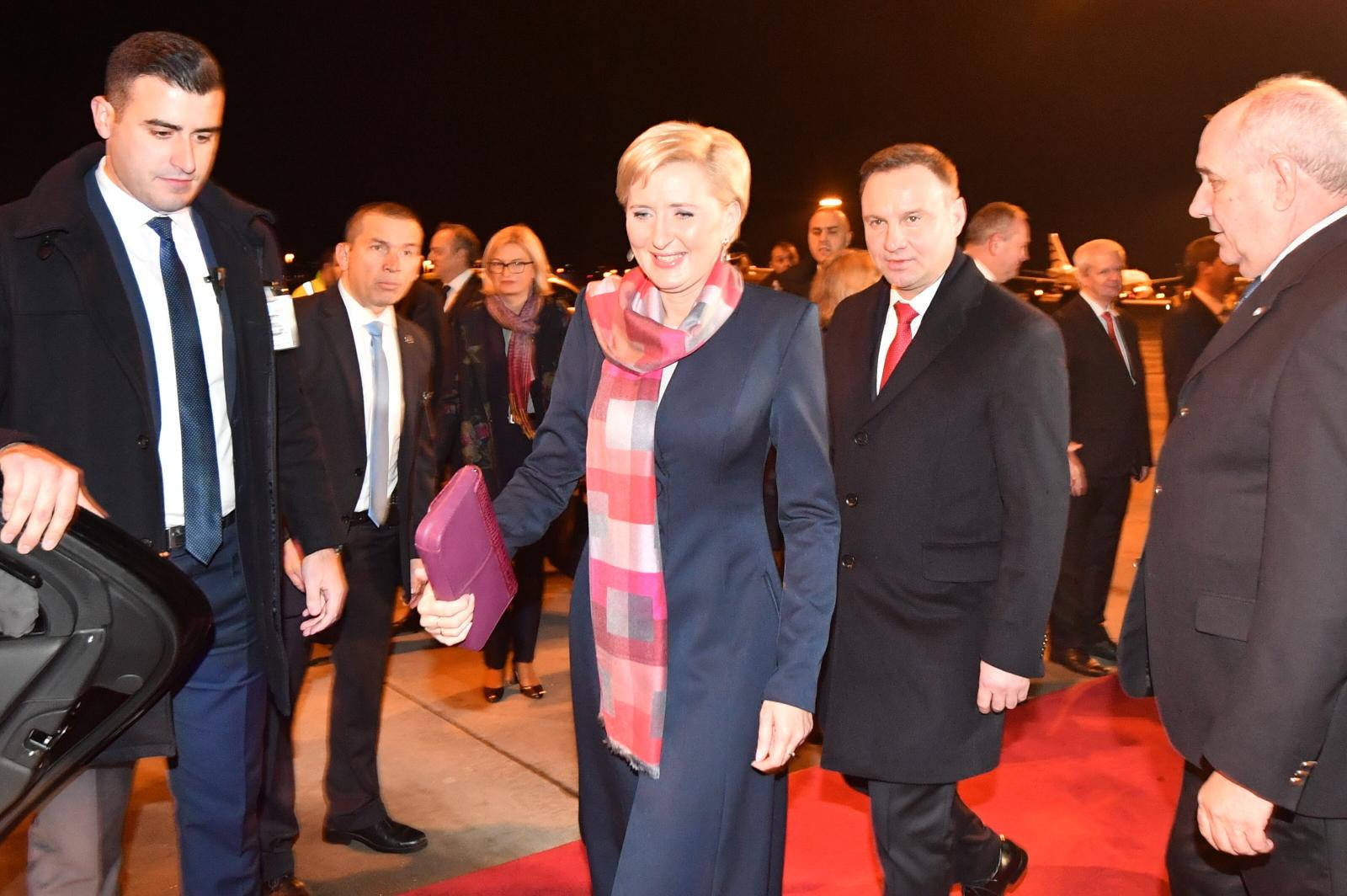 Prezydent Andrzej Duda (C-P) wraz z małżonką Agatą Kornhauser-Dudą na lotnisku w Atenach.