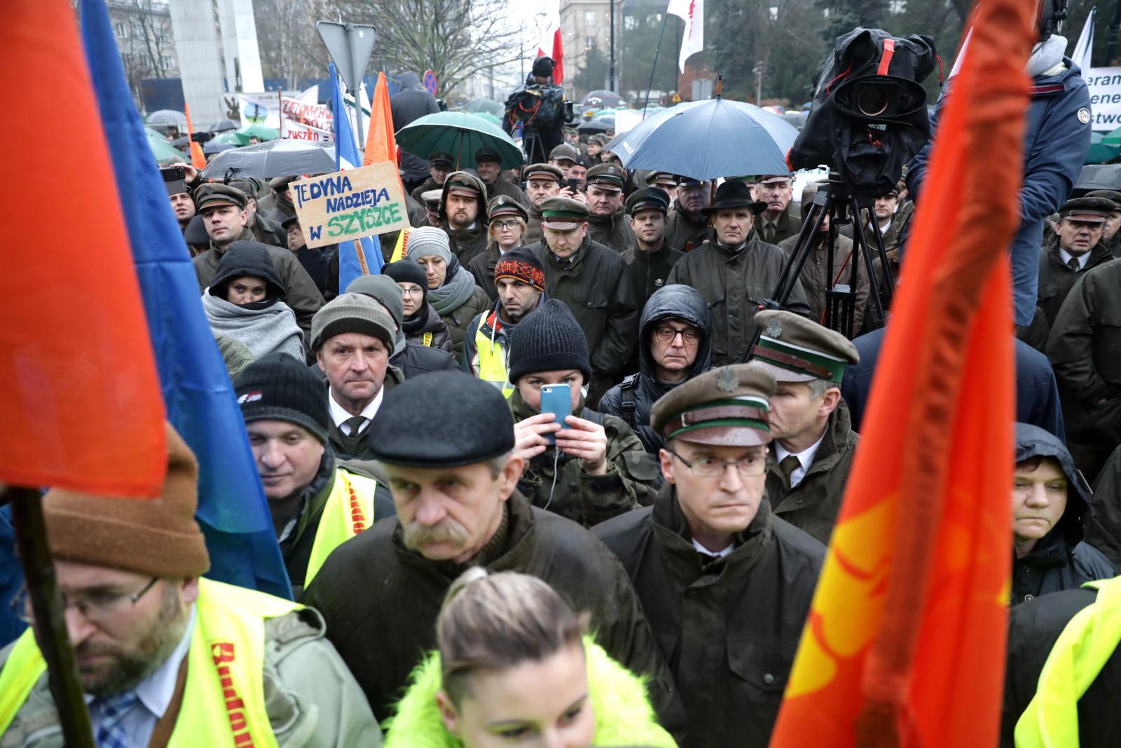 Warszawa, 22.11.2017. Manifestacja poparcia dla polityki ministra środowiska. fot. PAP/Tomasz Gzell