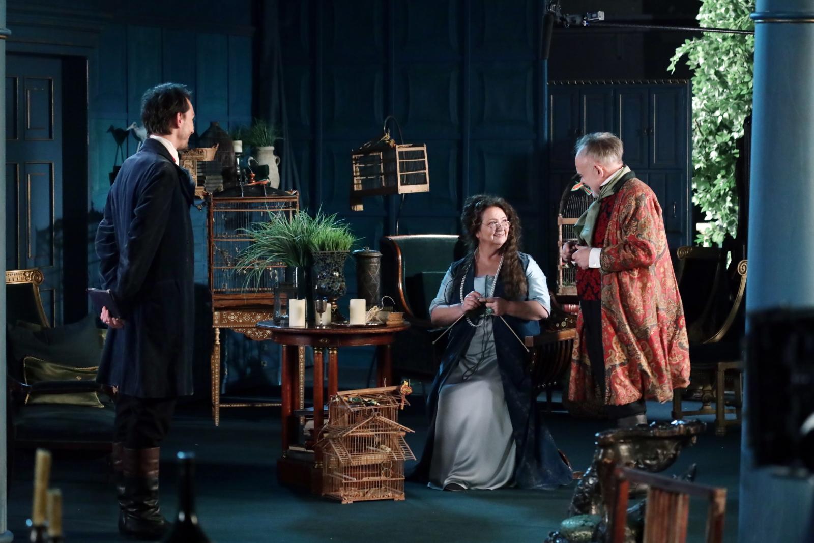 Aktorzy Anna Dymna (C), Fabian Kociencki (L) i Adam Ferency (P) podczas próby generalnej spektaklu Teatru TV
