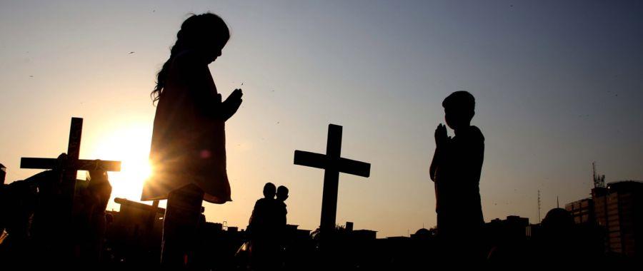Chrześcijanie odwiedzają groby, Karaczi, Pakistan.