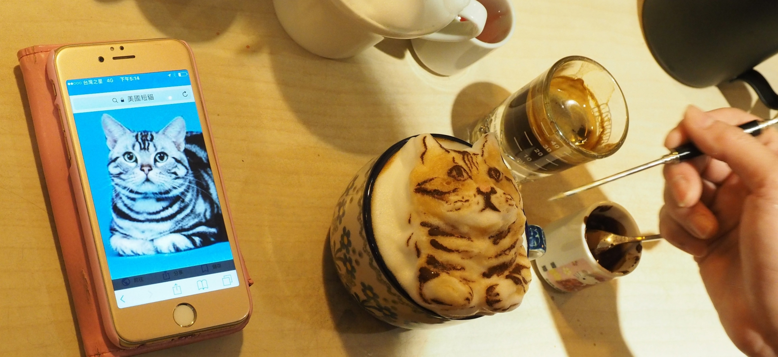 Tajlandia, rysunek 3D na filiżance kawy EPA/DAVID CHANG