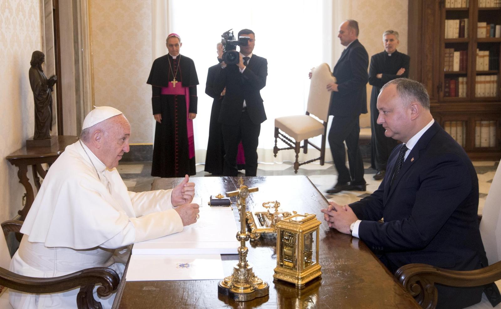Watykan, papież Franciszek i prezydent Mołdawii Igor Dodon EPA/CLAUDIO PERI