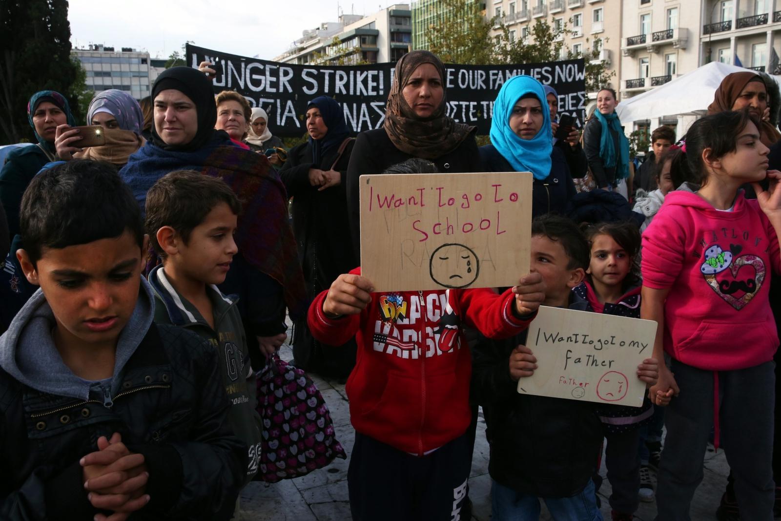 Grecja, protest syryjskich uchodźców, którzy chcą dołączyć do rodzin w Niemczech  EPA/ORESTIS PANAGIOTOU