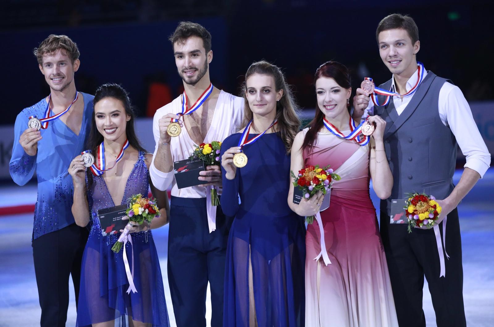 Grand prix w jeździe figurowej w Chinach -medaliści   EPA/HOW HWEE YOUNG