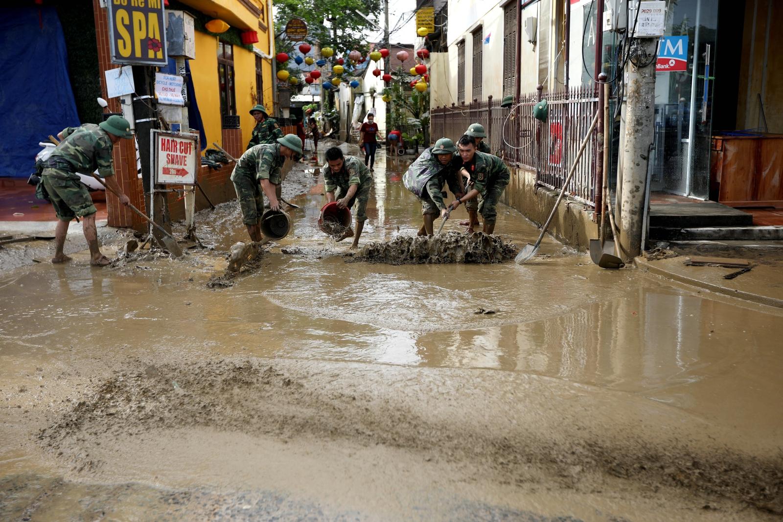Usuwanie skutków tajfunu w Wietnamie. Dostawca: PAP/EPA.