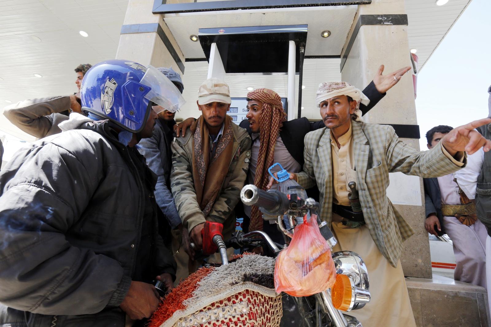 Kryzys paliwowy. Jemeńczycy atakują stacje paliw, aby zatankować swoje motocykle. Dostawca: PAP/EPA.