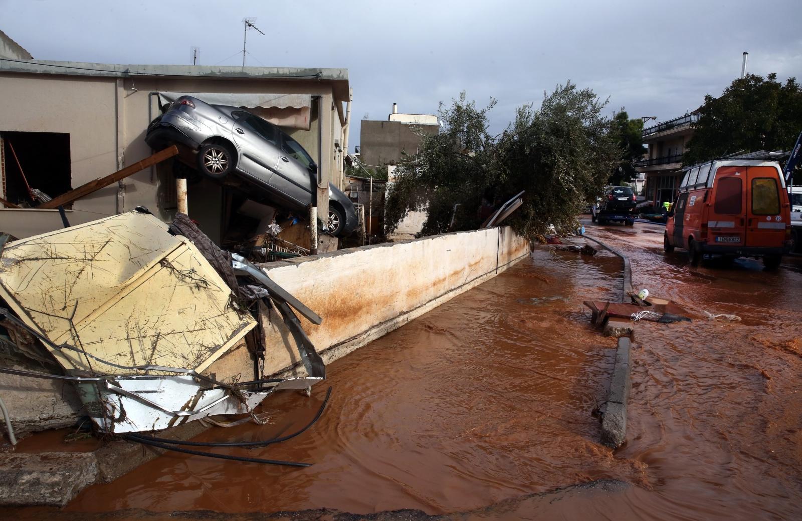 Samochód utknął przy wejściu do domu w Mandrze, Grecja.