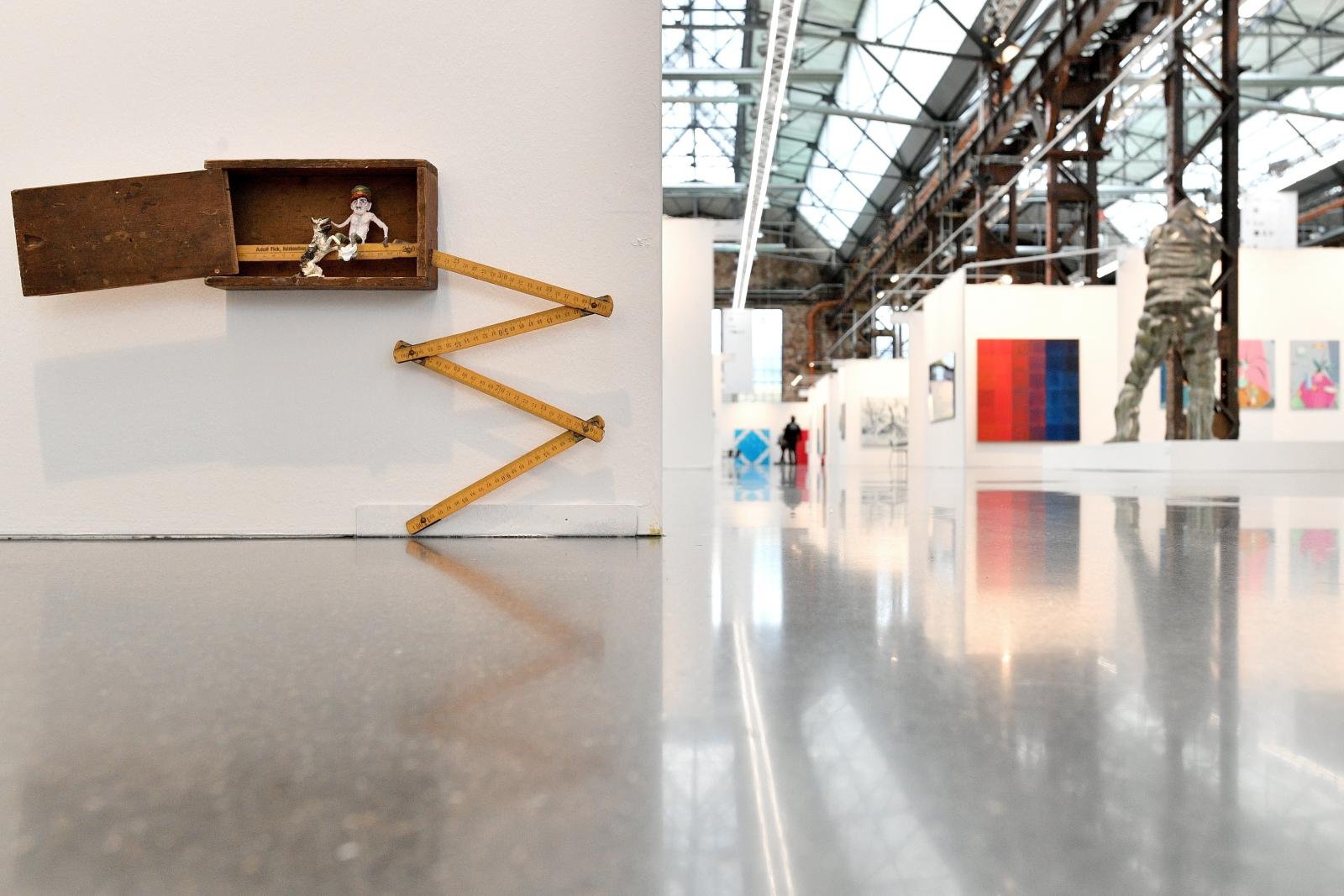 Niezatytułowane dzieło niemieckiego artysty Steffena Lenka wystawione w Duesseldorfie.