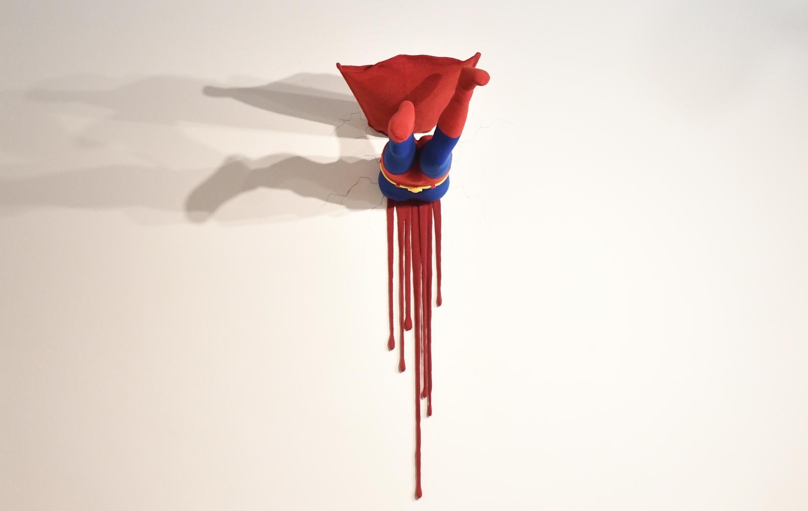 Dzieło artystyczne, wbity w ścianę Supermana. Rezydencja Baden Wuerttemberg w Berlinie, Niemcy.