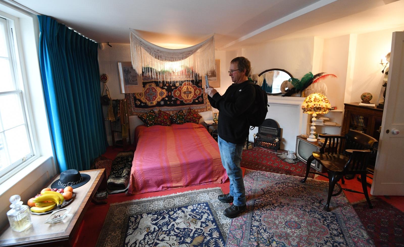 Turyści zwiedzają mieszkanie Jimiego Hendrixa, dzisiaj byłyby jego urodziny