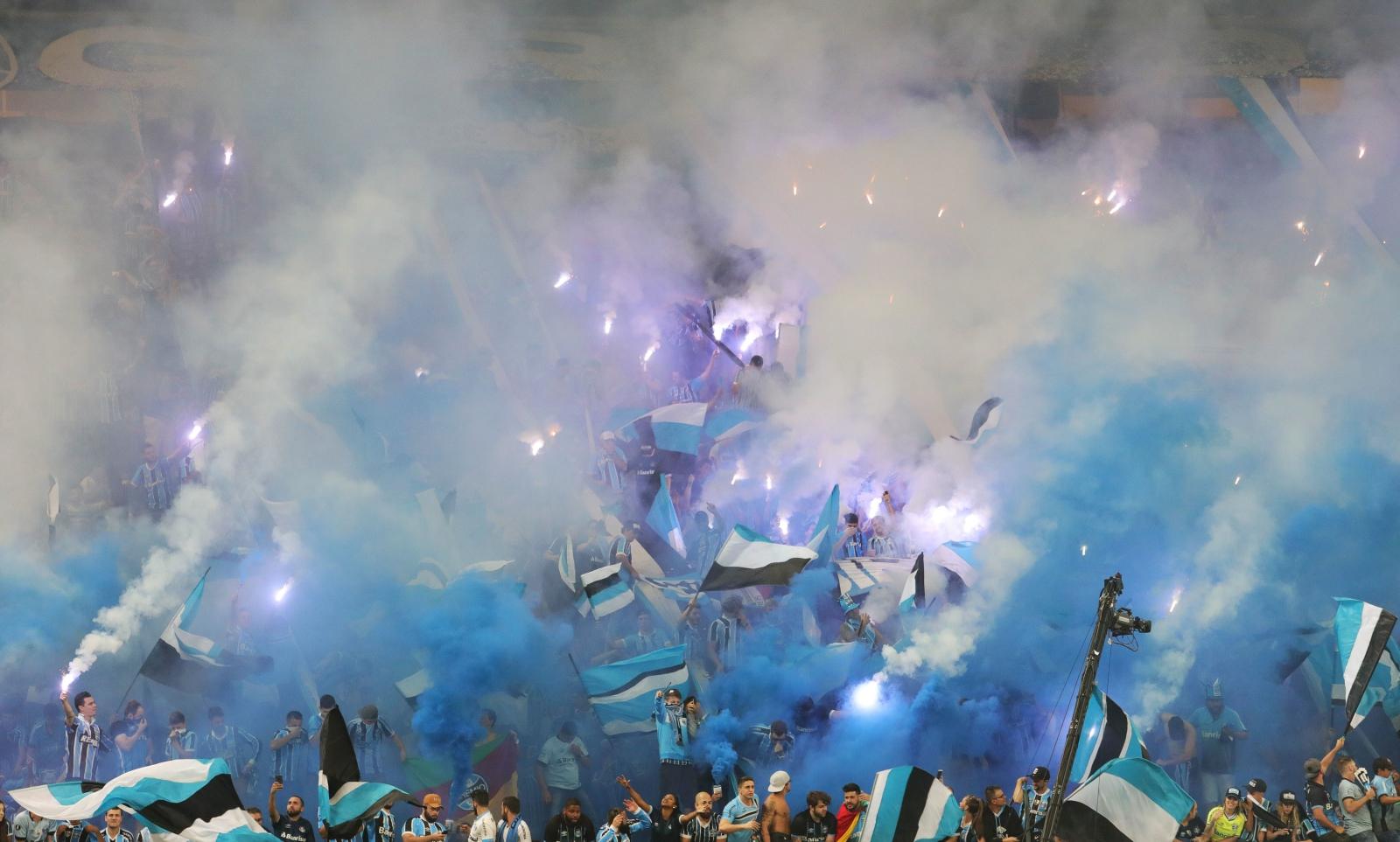 Fani Gremio świętują zwycięstwo swojej drużyny w meczu z Lanusem w Copa Libertadores, południowoamerykańskim odpowiednim Ligi Mistrzów.
