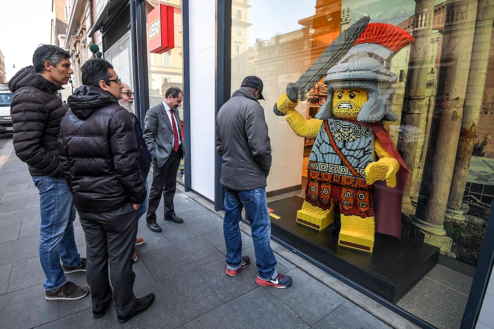 """Wystawa nowego sklepu """"Lego"""" w Rzymie, Włochy."""