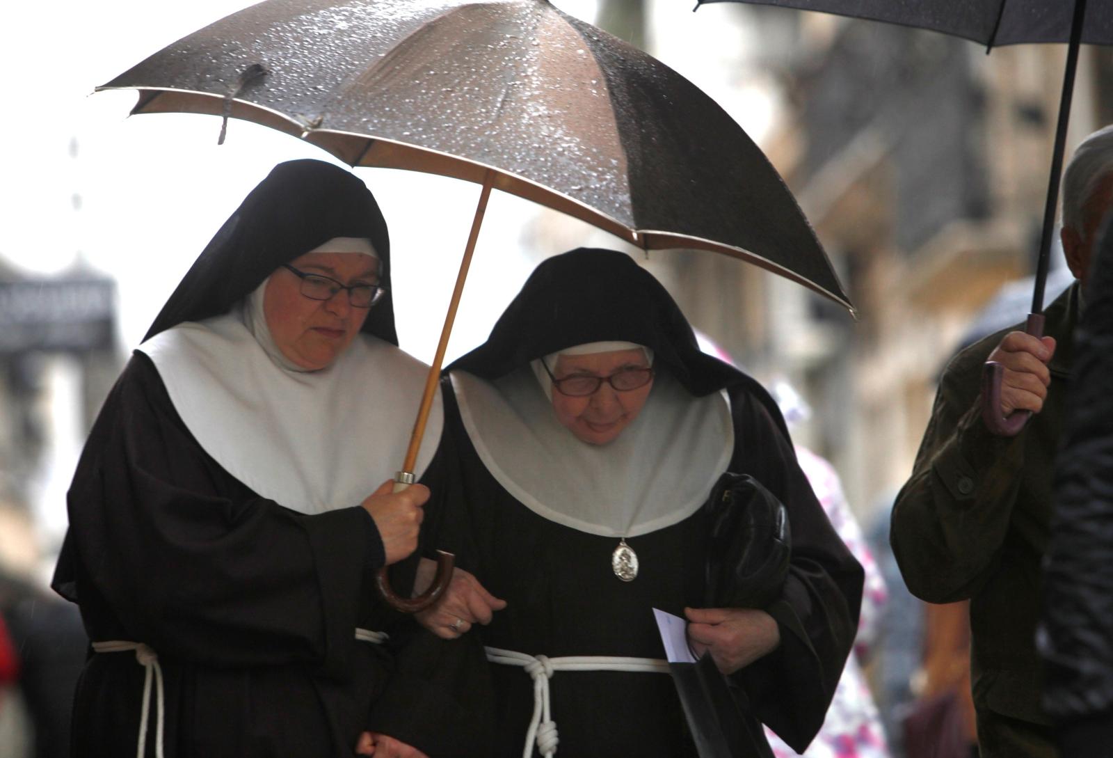 Dwie zakonnice chronią się przed deszczem w A Coruña w Hiszpanii.