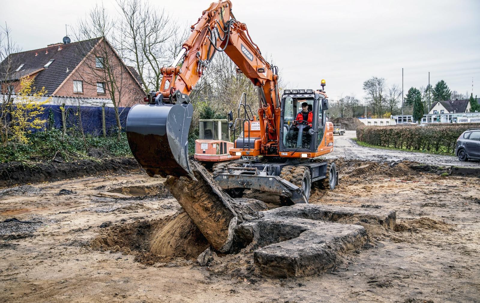 Niszczenie ogromnej swastyki znalezionej na placu budowy w Hamburgu, Niemcy.