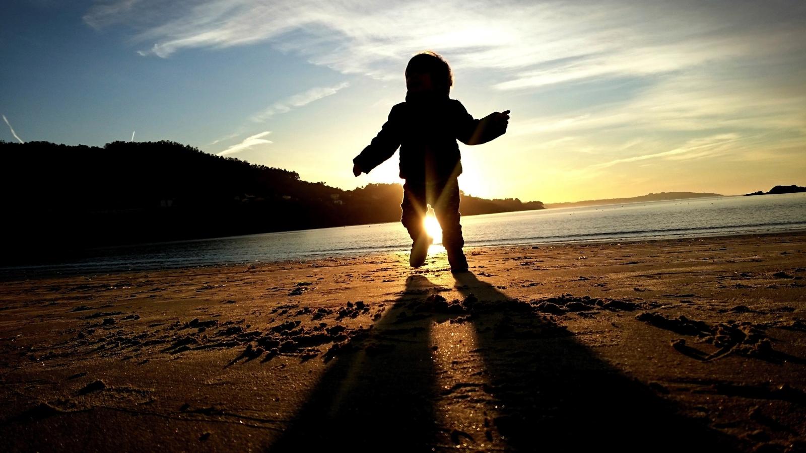 Dziecko bawi się na plaży w Cabanas, w północnozachodniej Hiszpanii. Temperatura dopisuje.